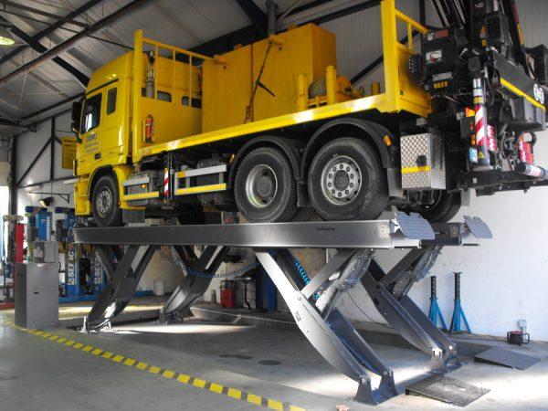 Nůžkové zvedáky pro nákladní vozidla a tahače Finkbeiner